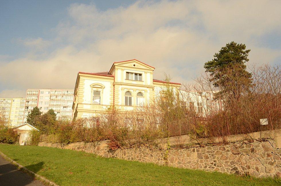 Sídliště Janov v pátek 13. listopadu. V tomto domě chce organizace MY Litvínov obnovovat dobré sousedské soužití.