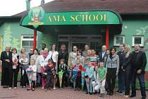 Společné focení při otevření Montessori základní školy v Mostě 1. září 2014.