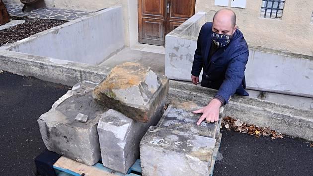 Ředitel Oblastního muzea a galerie v Mostě Michal Soukup ukazuje torzo zachráněných náhrobků z oblasti bývalé obce Libkovice