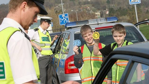 Policisté s dětmi na dopravní akci v Mostě.