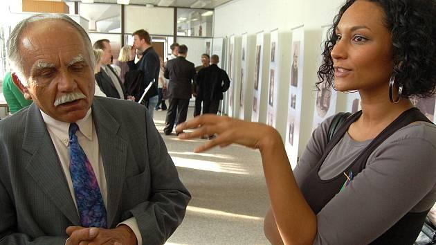 Mluvčí ministra Michaela Kocába Lejla Abbasová v Mostě na výstavě věnované dějinám Romů.