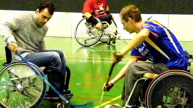 Hokejisté si vyzkoušeli hru na vozíčku.