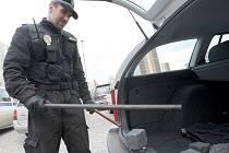 Litvínovský strážník odváží zbraně ukryté před pondělní demonstrací.