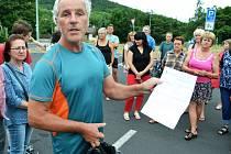 Na parkovišti u Matyldy byla narychlo svolaná schůzka. Tři desítky Mostečanů řešily společný postup proti hluku z autodromu. Další se mají přidat.