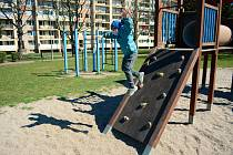 Šestiletý Radim si hraje na dětském hřišti v parku v ulici Jiřího Wolkera v Mostě