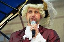 Hrabě Valdštejn loni promluvil k poddaným na náměstí. Letos už tak učiní opět v Zámeckém parku.