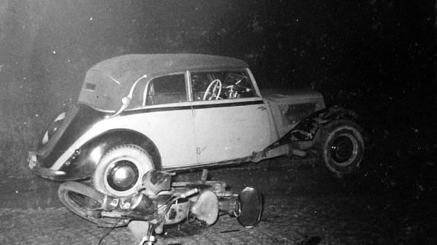 Střet motocyklu a auta u Mostu