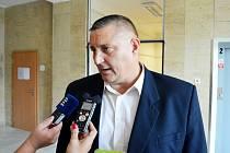 Martin Klika v rozhovoru s novináři na chodbě mosteckého soudu, úterý 27. září.
