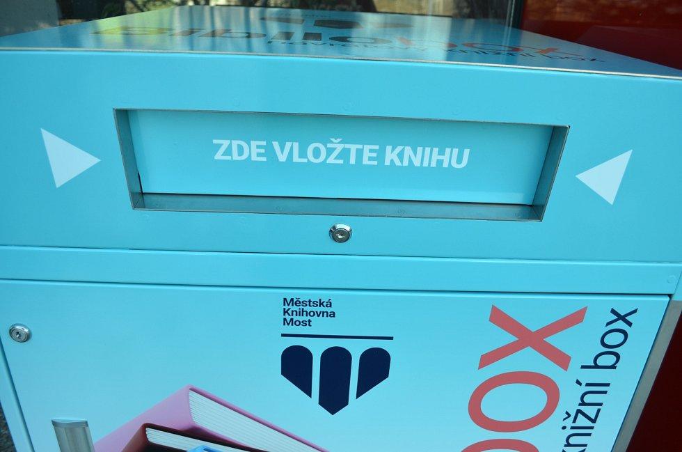 Knihobox na vrácení knih u Městské knihovny v Mostě