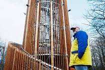 Jan Kocourek, zaměstnanec Sportovní haly Most, hlídá Fun park v parku Šibeník a věnuje se i údržbě atrakce.