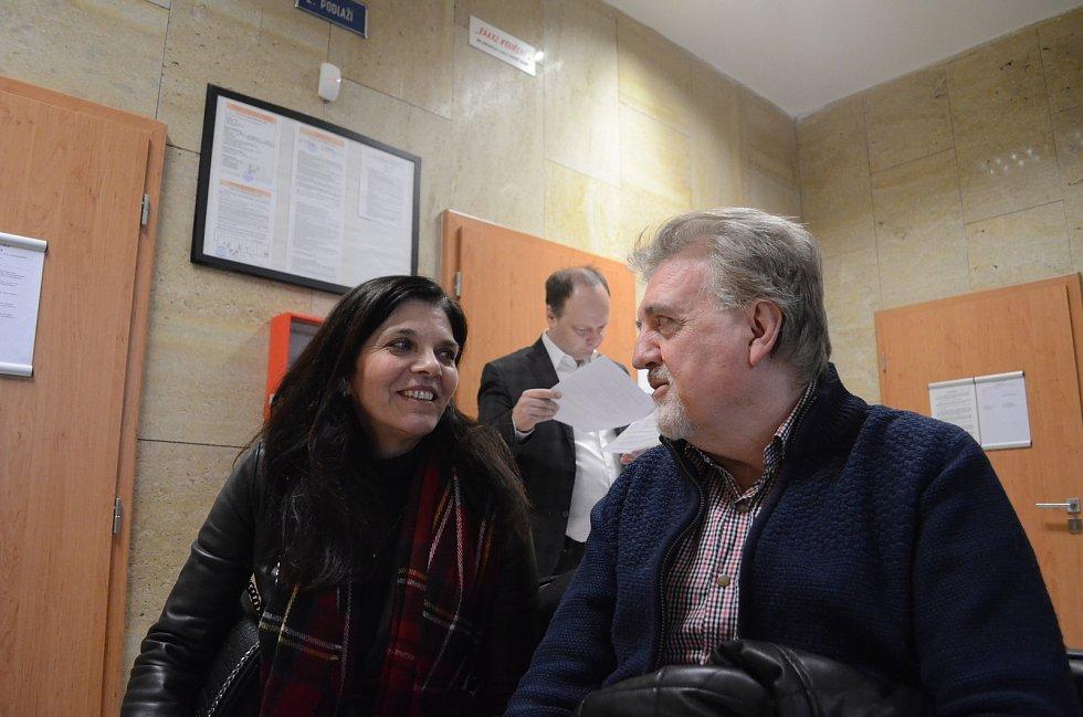 Manželé Huličkovi čekají na chodbě Okresního soudu v Mostě na zahájení úterního jednání. Za nimi se připravuje jejich advokát Václav Láska. Před rokem žalovali autodrom za obtěžování nadměrným hlukem. Rozsudek padne za týden.