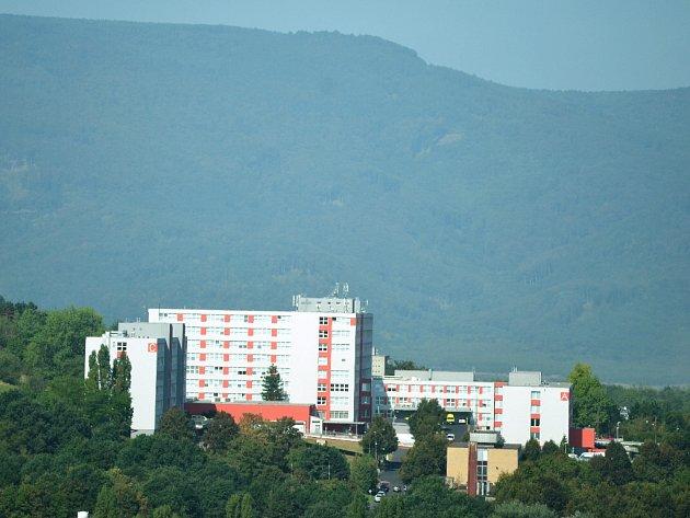 Mostecká nemocnice na pozadí Krušných hor.