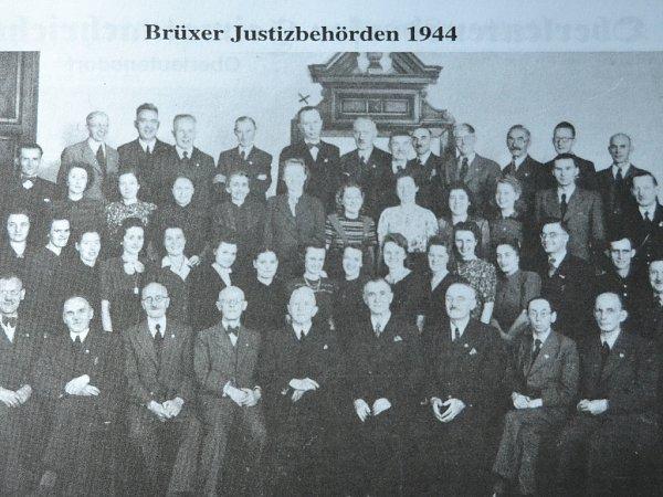 Nedávno objeveným uživatelem pseudonymu Pontanus je Dr. Kohle. Na snímku soudního dvora zMostu vroce 1944je vhorní řadě označen křížkem.