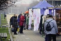 V úterý 22. prosince se v centru Mostu konaly souběžně poslední letošní trhy, vánoční a pravidelný úterní. Návaly dopoledne nebyly.