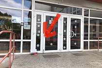 Při prvním vstupu do školy musí žák odevzdat čestné prohlášení, které je možné si také  vyzvednout v krabici před hlavním vchodem do školy.