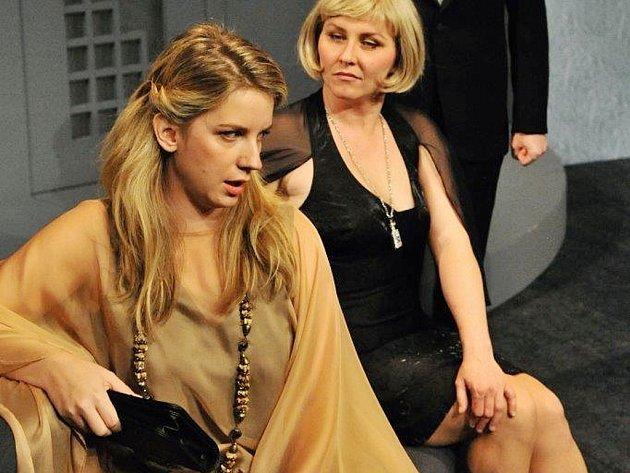 Anna Fixová (vlevo) v inscenaci Pozvání na večírek v Městském divadle v Mostě.