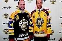 Jiří Šlégr a Martin Ručinský pózují v dresech s logem 55. Tolik let je už Litvínov v nejvyšší hokejové soutěži.