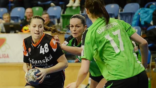 Sára Kovářová (vlevo).