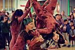Mladí tanečníci řádí ze skupiny The F.A.C.T. řádí v mosteckém Centralu.