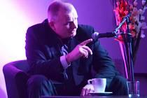 Bronislav Schwarz na talk-show v mostecké knihovně.
