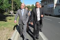TADY JE ALE PĚKNĚ. Starosta Meziboří Petr Červenka (vpravo) vzal premiéra na procházku. Na začátku cesty ještě bylo všem hej.