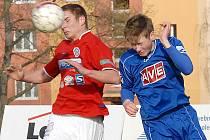 Fotbalisty Souše (v červeném Veselý) čeká v sobotu derby v Blšanech.