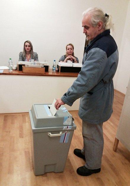 Volební místnost se dnes otevřela také vmodernizované věznici vobci Bělušice na Mostecku.