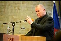 Bronislav Schwarz diskutuje na zasedání mosteckého zastupitelstva.