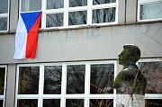 Julius Fučík a státní vlajka v areálu 3. ZŠ, kde také byly volby.