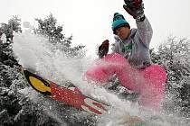 Na horách je obleva, ale lyžovat se dá stále dobře.