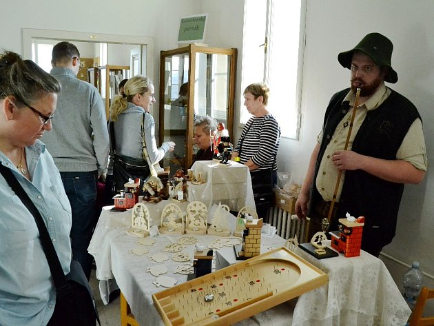 HRAČKY Z KRUŠNÝCH HOR. Při Dni svatého Mikuláše v muzeu byly při prezentaci dobových řemesel také propagovány Alešem Hoffmannem tradiční dřevěné hračky.