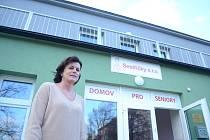 Z opuštěných jeslí v Mostě vznikl první soukromý domov pro seniory. Vybudovala ho místní společnost Sestřičky. Na snímku jednatelka Valerie Srbková.