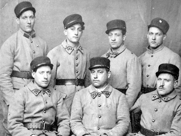 Rodinný klan bratrů Macalů v čs. zahraniční armádě ve Francii v roce 1939. Vpředu sedí Rudolf, František a Jiří. Nahoře stojí Alois, Richard, Antonín a Karel.