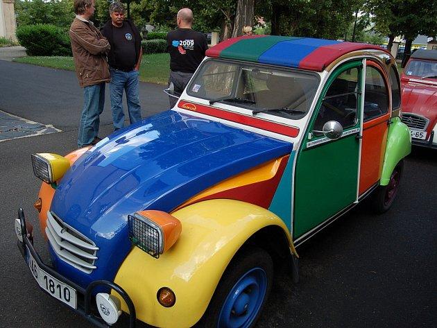 V Oblastním muzeu v Mostě začala v úterý výstava Citroënů 2CV. Expozice je předzvěstí srazu majitelů této značky v Mostě. Setkání nadšenců z celé planety potrvá od 28. července do 2. srpna.