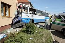 Autobus přimáčkl osobní automobil na dům, vážně se zranilo 13 lidí.