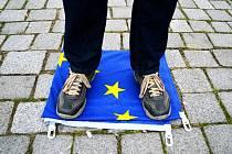 Projev na vlajce EU. Mítink DSSS v Mostě.
