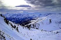 V rakouských Alpách každoročně hrozí laviny.