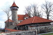 Hrad Hněvín v Mostě se 16.listopadu zabarví do purpurova.