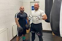 Petr Pastýřík (vpravo) a jeho trenér a přítel Pavel Girga, který mu pomáhá připravit se na profesionální boxerský debut.
