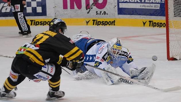 Litvínov (v černém) porazil doma Kometu Brno 5:2.
