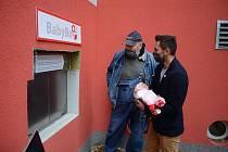 V areálu mostecké nemocnice otestovali ve středu 11. listopadu modernější babybox, který nahradil původní bedýnku z roku 2010. Na snímku v kšiltovce zakladatel českých babyboxů Ludvík Hess.