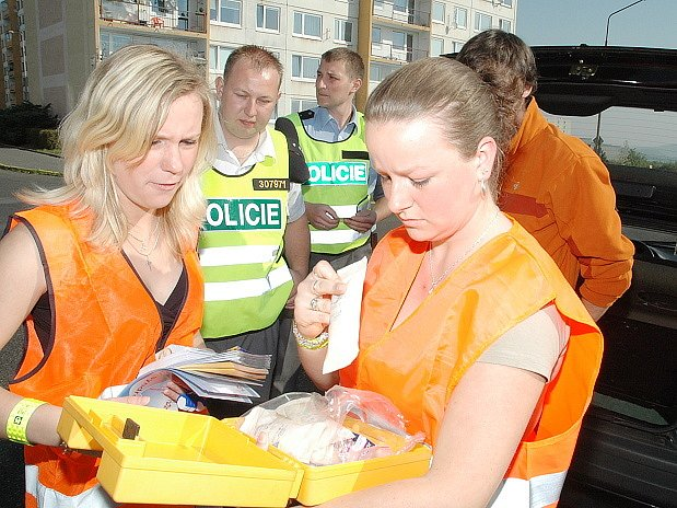 Studentky zdravotní školy kontrolují vybavení lékárničky.