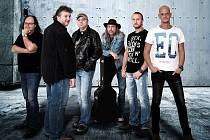 Hlavním organizátorem hudebního setkání v areálu zahrady zámku Korozluky je kapela Petr Kalandra Memory Band.