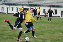 Spořický Robert Schoř (tmavý dres) se gólově neprosadil. Litvínov B byl důsledný a jasně vyhrál 3:0.