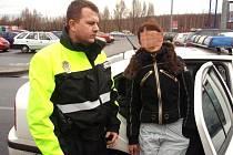 Strážník se zajištěnou 16letou dívkou.