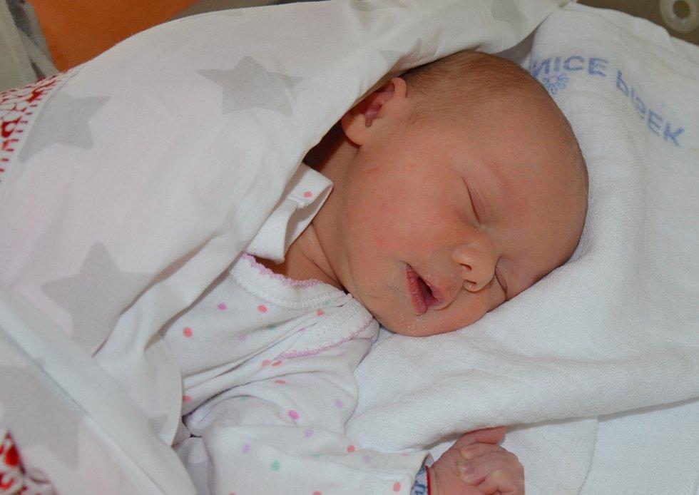 Ema Šubová se narodila 18. 11. 2020 v 15.46 hodin rodičům Martině a Janu Šubovým. Vážila 3,15 kg a měřila 50 cm..