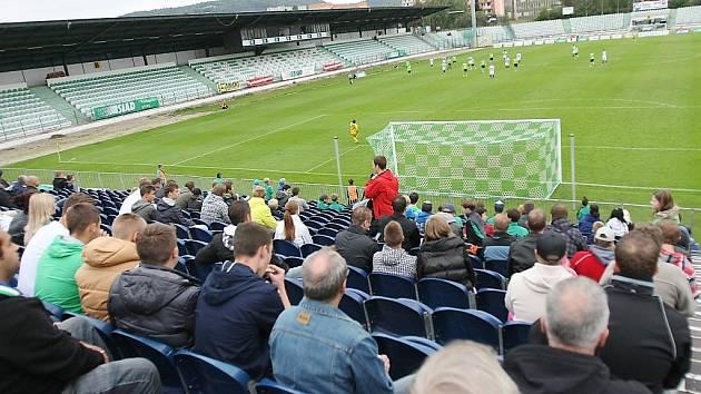 Diváci sledují z nové tribuny za jednou z branek duel mezi Mostem a Budějovicemi.
