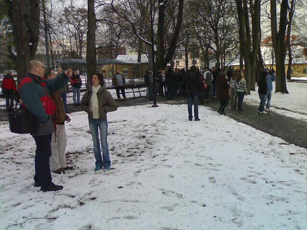 Lidé se scházejí na protestní shromáždění v Zámeckém parku v Litvínově.