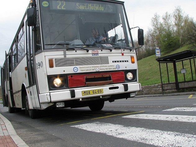 Autobus stojí těsně před přechodem pro chodce. Řidič by mohl klidně dostat pokutu za porušování zákona.
