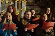 Zpívání koled v děkanském kostele v Mostě.